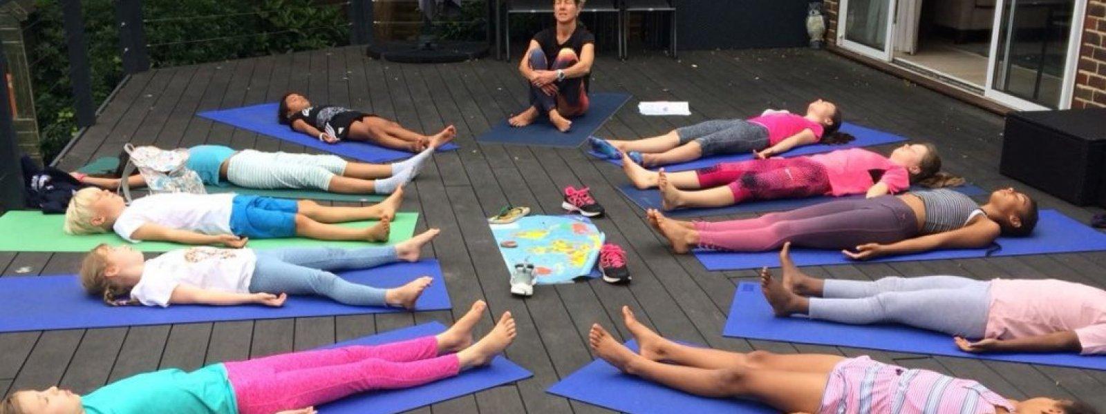 School uses yoga to help calm kids (USA)